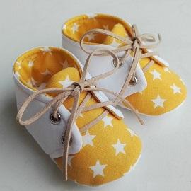 Idée de cadeau bébé faits main chaussons bébé à lacets étoiles